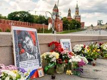 Bloemen op de plaats van moord van Boris Nemtsov, dichtbij Moskou Kre stock foto