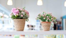 Bloemen op de planken Stock Afbeelding
