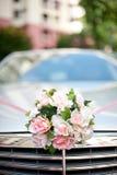 Bloemen op een bruids auto Stock Afbeelding