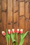 Bloemen op een houten textuur als achtergrond Stock Afbeeldingen