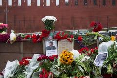 Bloemen op een plaats van moord van oppositionist Boris Nemtsov stock afbeeldingen