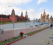 Bloemen op een plaats van moord van oppositionist Boris Nemtsov Royalty-vrije Stock Foto