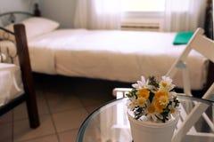bloemen op een transparante koffietafel Stock Afbeeldingen