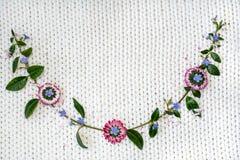 Bloemen op een witte achtergrond van gebreide stof royalty-vrije stock foto