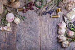 bloemen op florist& x27; s lijst in flowershop royalty-vrije stock fotografie