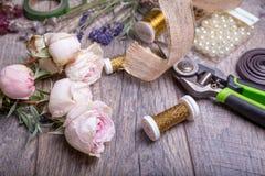 bloemen op florist& x27; s lijst in flowershop stock foto