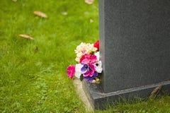 Bloemen op graf Stock Foto