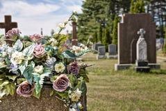 Bloemen op grafstenen in een begraafplaats Royalty-vrije Stock Foto's