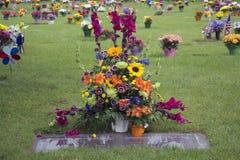 Bloemen op Graveside Stock Foto's