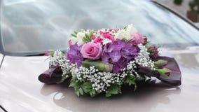 Bloemen op het boeket van de huwelijksauto, mooie liefde, viering stock videobeelden