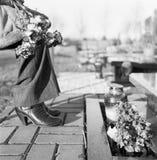Bloemen op het graf. Stock Afbeeldingen