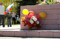 Bloemen op het monument Stock Afbeeldingen