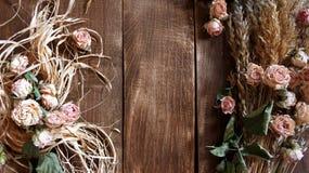 Bloemen op houten achtergrond Stock Afbeeldingen