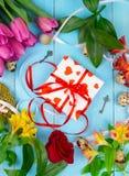 Bloemen op houten blauwe achtergrond Conceptievakantie, 8 Maart, Moeder` s Dag Vlak leg en kopieer ruimte Royalty-vrije Stock Afbeeldingen