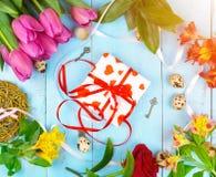 Bloemen op houten blauwe achtergrond Conceptievakantie, 8 Maart, Moeder` s Dag Vlak leg en kopieer ruimte Stock Afbeeldingen