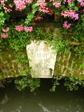 Bloemen op Oude Brug 3 royalty-vrije stock afbeelding