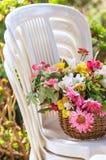 Bloemen op Stoelen stock afbeelding