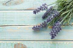Bloemen op uitstekend hout Royalty-vrije Stock Afbeeldingen