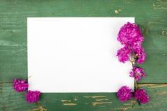 Bloemen op uitstekende houten planken met leeg document Stock Afbeeldingen