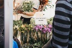 Bloemen op verkoop bij de Road van Colombia Bloemmarkt, Londen stock foto