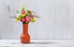 Bloemen op witte lijst royalty-vrije stock fotografie