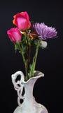 Bloemen in oude witte ceramische vaas op donkere achtergrond royalty-vrije stock afbeelding