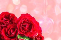 Bloemen rode rozen op een roze close-up als achtergrond Stock Fotografie
