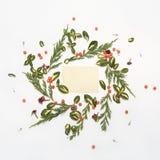 Bloemen rond kader op witte achtergrond met uitstekende kaart Royalty-vrije Stock Afbeelding