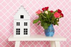 Bloemen in roze binnenland Royalty-vrije Stock Afbeeldingen