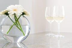 Bloemen in vaas met witte wijn op achtergrond Royalty-vrije Stock Afbeelding
