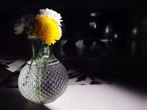 Bloemen in vaasverticaal stock afbeelding