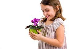 Bloemen van de meisje de ruikende altviool in groene pot royalty-vrije stock afbeelding