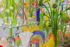 Bloemen van glas en kristal Herinneringen in St. Petersburg Mooie storefrontkleuren van glas Kruiken en potten voor Stock Foto