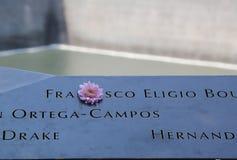 Bloemen verlaten in Nationaal 11 September Gedenkteken bij Grond Nul Stock Foto