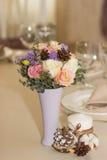Bloemen in violette vaas op huwelijkslijst Royalty-vrije Stock Fotografie