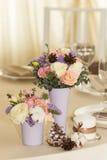 Bloemen in violette vaas op huwelijkslijst Stock Afbeeldingen