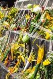 Bloemen voor aanbiddende god worden bedoeld die Stock Afbeeldingen