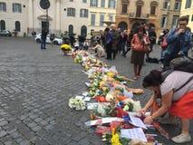 Bloemen voor het slachtoffer Stock Afbeeldingen