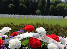 Bloemen voor Memorial Day bij een WO.II-Begraafplaats royalty-vrije stock afbeeldingen