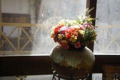 Bloemen worden gebruikt om voor de woonkamer te verfraaien die Stock Afbeelding