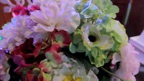 Bloemenachtergrond, feestelijke decoratie, feestelijke decoratie, bloemen in vazen, document pom-poms stock video