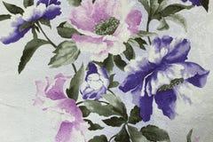Bloemenbehang als achtergrond op de muur Stock Afbeelding