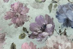 Bloemenbehang als achtergrond op de muur Royalty-vrije Stock Afbeeldingen
