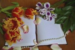 Bloemenboeket en notitieboekje Royalty-vrije Stock Foto