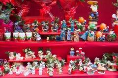 Bloemendecoratie en traditionele giften bij teller Stock Afbeeldingen