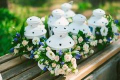 Bloemendecoratie in lantaarns Stock Afbeeldingen