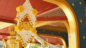 Bloemendecoratie van de oosterse bouw Mooie bloemsamenstellingen die op plafond van de sier bouw hangen van stock videobeelden