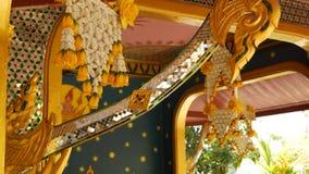 Bloemendecoratie van de oosterse bouw Mooie bloemsamenstellingen die op plafond van de sier bouw hangen van stock video
