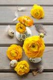Bloemendecoratie van gele Perzische boterbloemenbloemen (ranunculu Royalty-vrije Stock Fotografie