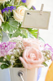 Bloemengift en bruine kaart voor tekst Stock Afbeelding
